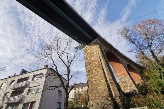 """s-h-i.de: """"Mehrfamilien-Wohnhaus: acht Wohneinheiten, zwei Garagen und sechs Stellplätze"""""""